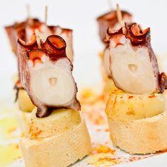 Aperitivo - Montaditos de pulpo. Appetizer Sandwiches, Appetizer Salads, Finger Food Appetizers, Appetizer Recipes, Tapas Recipes, Snack Recipes, Knafe Recipe, Basque Food, Yummy Snacks