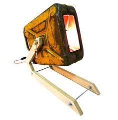 Deze stoere industriële schijnwerper is gemaakt van een oude vintage jerrycan uit het leger. De jerrycan is waarschijnlijk al tientallen jaren intensief gebruikt. De schijnwerper is een prachtige toevoeging aan uw industriële interieur. www.indusigns.nl