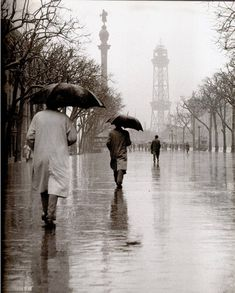 vintage everyday: Amazing Black & White Photos of Street Scenes of Madrid and Barcelona in the Roca Barcelona, Barcelona Catalonia, Madrid Barcelona, Black White Photos, Black And White Photography, Vintage Photography, Street Photography, Landscape Photography, Walking In The Rain