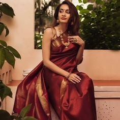 Stylish Blouse Ideas That Can Make Your Saree Look Chic Dress Indian Style, Indian Dresses, Indian Wear, Indian Outfits, Indian Attire, Kaftan, Wedding Saree Collection, Simple Sarees, Saree Photoshoot