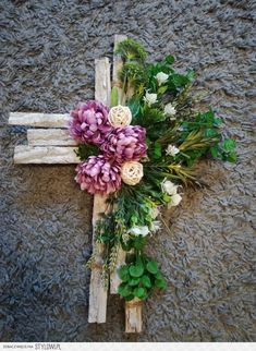 Stylowi.pl - Odkrywaj, kolekcjonuj, kupuj Arrangements Funéraires, Funeral Flower Arrangements, Funeral Flowers, Giant Paper Flowers, Diy Flowers, Cemetary Decorations, Twig Crafts, Memorial Flowers, Cemetery Flowers