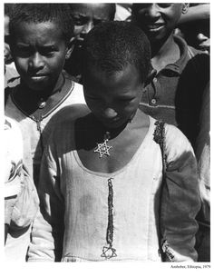 """""""Ethiopian Jewish girl"""" Photo: Arthur Leipzig - Ethiopia, 1979 Arthur Leipzig was an American photographer who specialized in street photography and was known for his photographs of New York City. Jewish History, African History, African Culture, Cultura Judaica, History Of Ethiopia, Jewish Girl, History Facts, World Cultures, Black Is Beautiful"""