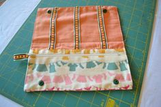 Tuto trousse à barrettes Pop Couture, Diy Pochette, Barrettes, Sewing Accessories, Sewing Tutorials, Sewing Ideas, Outdoor, Diy Bags, Sachets