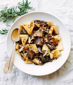 A fast vegetarian pasta recipe with tons of flavor — wide pappardelle pasta with a meaty rosemary portobello mushroom sauce and parmesan cheese. Pasta With Wild Mushrooms, Mushroom Pasta, Mushroom Sauce, Stuffed Mushrooms, Mushroom Caps, Parpadelle Pasta Recipe, Vegetarian Pasta Recipes, Vegetarian Barbecue, Clean Eating