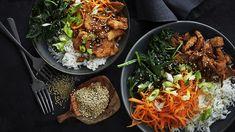 Spicy kylling med ris, gulerødder og lynstegt spinat | Femina Food N, Food And Drink, Healthy Treats, Healthy Recipes, Dinner Is Served, Asian, Rigatoni, Chicken Nuggets, Bon Appetit