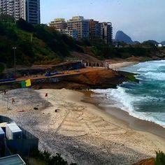 Desenho de Nossa Senhora na praia do Diabo no Rio de Janeiro nas olimpíadas 2016.