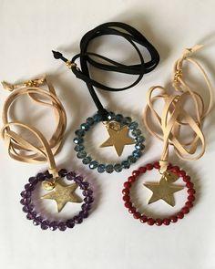 Collar largo ajustable hecho a mano en España, con antelina, aro de cuentas de cristal y estrella dorada de zamak con baño de oro.
