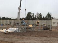 Uuden koulun seiniä pystytetään.