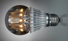 Ela se parece, externamente, com uma lâmpada incandescente comum, mas basta retirar a proteção para verificar que se trata de um mecanismo bem mais sofisticado – ele resfria a lâmpada para evitar gasto desnecessário de energia.
