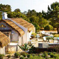 Au Portugal, entre sable et eau, une cabane de pêcheur devenue maison de vacances. Une maison de vacances où l'on vit au rythme du soleil.