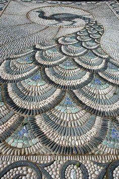 Impresionante pavo real en piedra