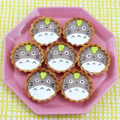 These Totoro Black Sesame Tarts would be the perfect treat for any Totoro lover. Cute Snacks, Asian Desserts, Köstliche Desserts, Japan Dessert, Kawaii Dessert, Totoro, Desserts Japonais, Cute Baking, Egg Tart