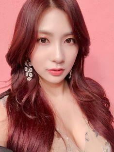 Kpop Girl Groups, Korean Girl Groups, Kpop Girls, Cute Asian Girls, Cute Girls, Oh Hayoung, Apink Naeun, Elizabeth Gillies, Pretty Asian