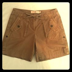J. CREW Broken in Chino Cargo Shorts Size 4 Stylish, Comfortable, and Adventurous J. Crew Chino cargo shorts. The shorts are brown in color and stop a bit lower than mid-thigh. The legs can also be rolled up. Two tiny pockets overlaying 2 bigger pockets in front. Two back pockets. Functional drawstring, zipper, and button closure J. Crew Shorts Cargos