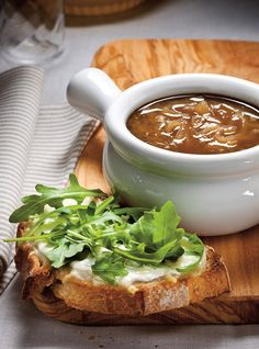 Ricardo& recipes : Lightened Onion Soup with Fresh Cheese Croutons Crouton Recipes, Soup Recipes, Recipies, Ricardo Recipe, Good Food, Yummy Food, Salty Foods, Soup And Sandwich, French Tips