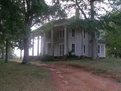 An abandoned plantation home in Bostwick, Georgia. Taken September 27, 2008 by hamilmarker (no real name given)