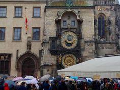 旧市庁舎の天文時計 、この日は☔️  寒さに震えて待ちました 。