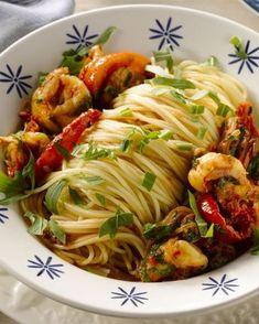 Spaghetti met scampi en rucola - Deze spaghetti heeft heerlijke zuiderse smaken, met zongedroogde tomaatjes, lekkere scampi en rucola.