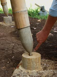 Using a plastic bottle to form the column base raises the Guadua out of the splash water zone. A disadvantage may be the very low concrete cover and thus the danger of corrosion of the steel bar. Bamboo Roof, Bamboo Art, Bamboo Crafts, Bamboo Garden, Bamboo Building, Natural Building, Green Building, Concrete Cover, Concrete Column