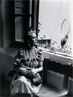 Frida Kahlo loved animals and had many pets. Among her pets she kept hairless Mexican ixquintle dogs, her favorite named Mr Xoloti