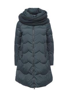 Стеганая куртка Clasna выполнена из матового текстиля, утеплена слоем синтепона. Детали: капюшон, воротник-стойка, съемный трикотажный снуд, застежка на молнию, два внешних кармана на молнии.