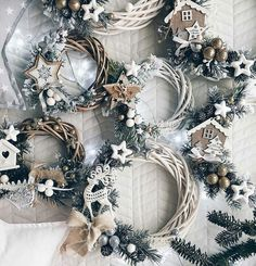 Hottest Totally Free small Christmas wreaths Suggestions Did you know you actually will make your Yuletide wreath? Christmas wreaths increase a lot enjoyment Christmas Makes, Winter Christmas, Christmas Time, Diy Christmas Gifts, Holiday Crafts, Christmas Ornaments, Ideas Decoracion Navidad, Xmas Wreaths, Diy Wreath