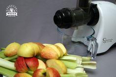 Oczyszczający sok z selera naciowego i jabłka - ZAKRĘCONY WEGE OBIAD - wegański catering i blog Catering, Smoothies, Food, Juice, Smoothie, Catering Business, Gastronomia, Essen, Meals