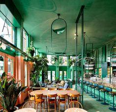 Vem cá ver um dos café mais descolados e charmosos de Amsterdam e os motivos pelos quais ele é chamado de Café Tropial. Um espaço coloridíssimo!!!