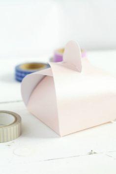 Cómo hacer y decorar cajitas para pasteles fácilmente & Sweet Charli: DIY Gift Box Using a Paper Plate!   DIY   Pinterest ...