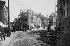 La rue St-Jean en 1890 coin de la Fabrique avec les trains.