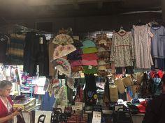 Tenderos también venden ropa algunos. Algunos artículos que no he visto nunca. No es mi estilo pero que decida usted mismo.