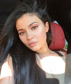 Take a look at the best photos of Kim Kardashian and Kylie Jenner's lips! Kylie Jenner Outfits, Kylie Jenner Fotos, Trajes Kylie Jenner, Looks Kylie Jenner, Estilo Kylie Jenner, Kendall And Kylie Jenner, Kylie Jenner Hair Part, Khloe Kardashian, Kardashian Kollection
