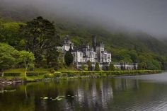 Kylemore Abbey - Connemara, Ireland - Built in 1920 / Rebecca L. Latson/Getty Images