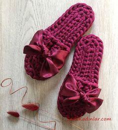 2019 Penye İp Terlik Modelleri Fuşya Kumaş Fiyonk Aksesuarlı - ropa, vacaciones y más Crochet Sandals, Crochet Shoes, Crochet Slippers, Diy Crochet, Knitting For Kids, Baby Knitting, Tricot Simple, Knitting Patterns, Crochet Patterns