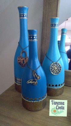 Primeiras garrafas decoradas Amei o resultado! ❤️ Wine Bottle Charms, Bottle Jewelry, Wine Bottle Art, Diy Bottle, Wine Bottles, Recycled Glass Bottles, Glass Bottle Crafts, Vase Crafts, Altered Bottles