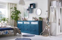 Para una habitación con un toque de originalidad una cómoda BRIMNES en azul.