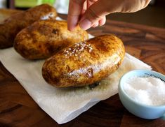 Outback Style Baked Potato How-To ~ potato skin is crispy and the insides are soft and fluffy. The only thing I would do differently is roll my potato in sea salt. Salted Baked Potato, Baked Potato Oven, Crispy Potatoes, Oven Baked, Side Recipes, Great Recipes, Favorite Recipes, Delicious Recipes, Vegetable Dishes