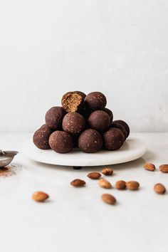 This recipe for Almond, Date and Oatmeal energy balls is incredible. I love how it tastes slightly of chocolate and doesn't need any sweetening agents. Healthy Dessert Recipes, Raw Food Recipes, Sweet Recipes, Eat Healthy, Snacks, Fodmap, Tray Bakes, Cookies Et Biscuits, Food Processor Recipes