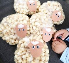 Como Fazer Enfeites de Festa Junina: 32 Ideias + Passo a Passo Farm Animal Birthday, Farm Birthday, 3rd Birthday Parties, Petting Zoo Birthday Party, Toy Story Birthday Cake, Farm Animal Party, Tractor Birthday, Cowgirl Birthday, Diy Birthday