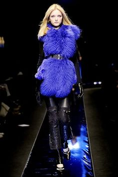 Versace Fall 2010 RTW - Runway Photos - Fashion Week - Runway, Fashion Shows and Collections - Vogue Fur Fashion, Fashion Week, Fashion Show, Fashion Design, Fashion Trends, Catwalk Fashion, Couture Fashion, Vogue Paris, Style Bleu