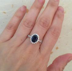 Natural Blue Sapphire Engagement Ring Halo Diamond par LaMoreDesign