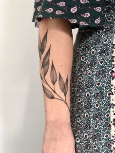 Be wise as you select your arm tattoo designs. Some tattoo designs that can only fit on a single shoulder while some are created for the whole arm. Flower Tattoos, Leaf Tattoos, Body Art Tattoos, Girl Tattoos, Small Tattoos, Sleeve Tattoos, Tattoo Arm, Tatoos, Arm Tattoo Leaves