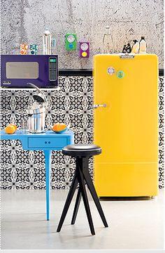 Would love to whip up stuff in this kitchen! Super fun! geladeira retrô