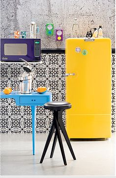 Would love to whip up stuff in this kitchen! Super fun! geladeira retrô