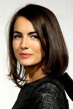 coupe de cheveux courte femme aux yeux marrons levres en rouge fonc couleur - Coloration Chocolat
