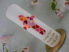 Taufkerze Kreuz Herzen Mosaik Taufkerze rot orange modern individuell Taufkerze für Mädchen Größe 250/70 mm Taufkerze modern Original Design TKR384 Beschriftungsservice: Die abgebildete Beschriftung ist nur ein Beispiel. Geben Sie bei Ihrer Bestellung bitte den gewünschten Namen und das Datum an. Für die Beschriftung der Kerze gibt es drei Möglichkeiten: 1. Name und Datum mit silbernen oder goldenen Buchstaben aufgeklebt, sieht aus, als wäre es eingraviert. 2. Name und Datum in Buchs...
