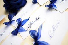 Naamkaartjes bruiloft in Kalligrafie Place Card Calligraphy, Wedding Calligraphy, Wedding Blog, Wedding Favors, Wedding Invitations, Wedding Ideas, Blue Wedding, Dream Wedding, Organza Ribbon