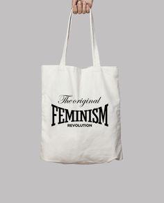 Bolso feminista THE ORIGINAL FEMINISM REVOLUTION. Diseñado para apoyar el feminismo, movimiento social que pide para la mujer el reconocimiento de unas capacidades y unos derechos que tradicionalmente han estado reservados para los hombres. Westford Mill 100 algodón, 140 gr/m2. Puede llevarse en el hombro o en la mano. Dimensiones: 42 x 38 cm. Capacidad: 10 litros.