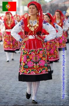 Minho Portugal - traditional costums (teach some folk dance moves) Folk Fashion, Ethnic Fashion, Folklore, Moda Popular, Estilo Popular, Costumes Around The World, Portuguese Culture, Folk Dance, Ethnic Dress