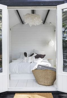 Inviting bedroom or what? Sauna Design, Summer Cabins, Weekend House, Country Interior, Modern Cottage, Beach House Decor, Home Decor, Cottage Interiors, House Beds